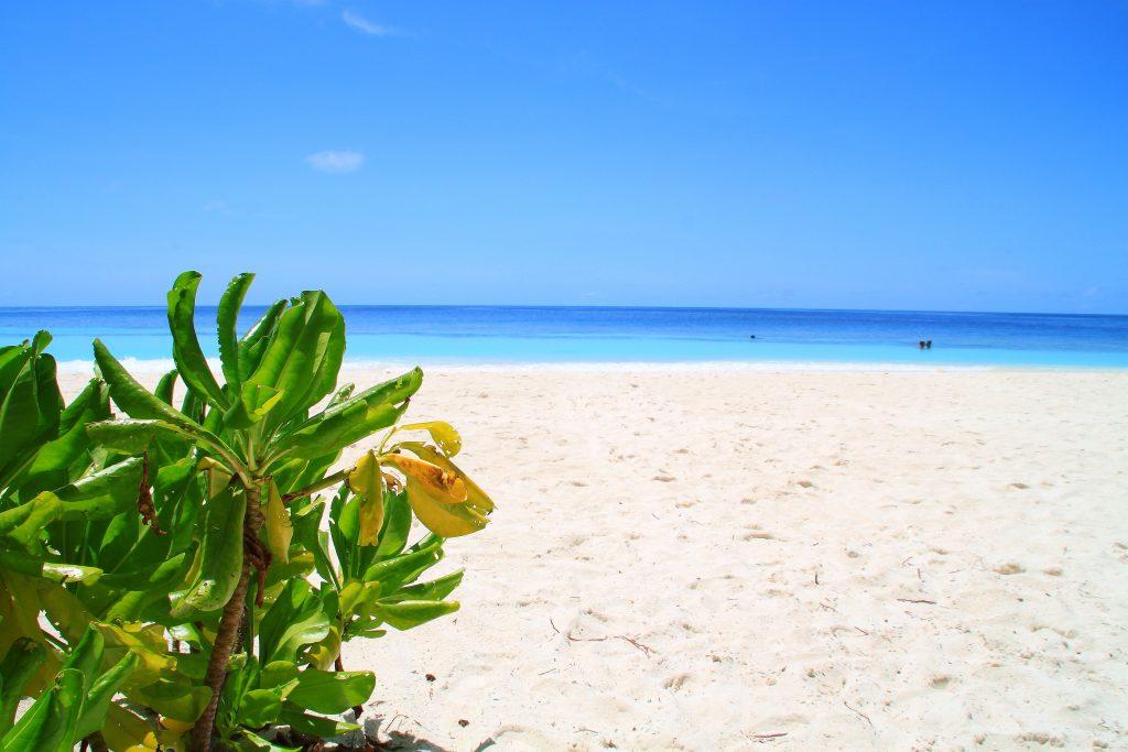 Angaga Strand mit grün